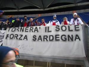 """Lo striscione """"Tornerà il sole. Forza Sardegna"""" esposto durante la gara contro la Roma"""
