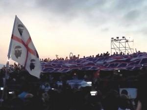 Il bellissimo striscione esposto dai Cagliari Club pochi minuti prima dell'inizio dell'evento
